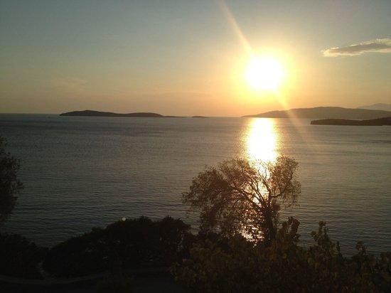 Aneroussa Beach Hotel : The amazing sunset from my balcony