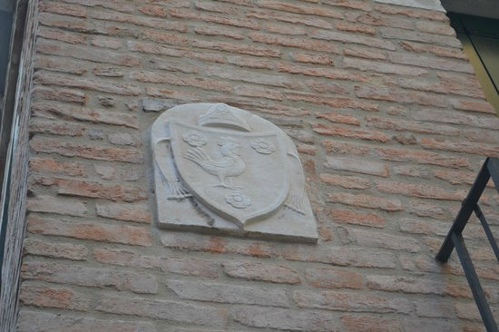 B&B Ca' Del Gallo: Cockerel Plaque on Wall