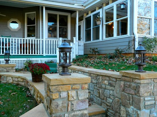 Andon-Reid Inn Bed and Breakfast: The exterior from the firepit