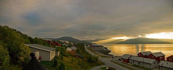 Altafjord Gjestegaard & Spa: из окна отеля - вечер