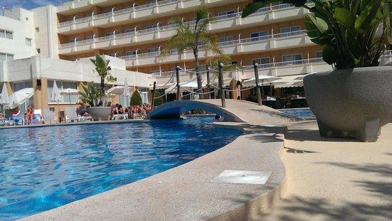 Hotel JS Alcudi-Mar: Piscina, detalle del puente