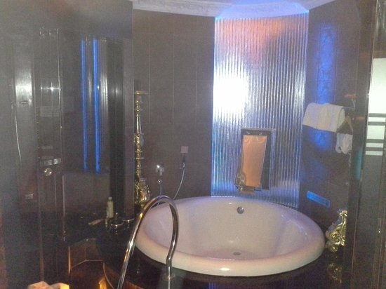 Angeles Beach Club Hotel: Bedroom TV with Hotel Logo