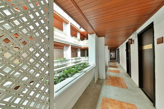 Check Inn Regency Park: Corridor