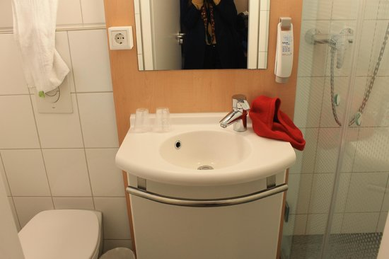 Ibis Amsterdam Centre: bathroom