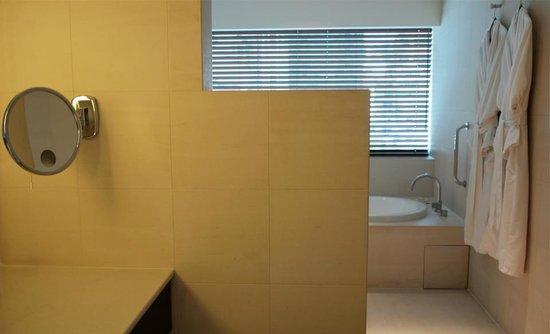 COMO Metropolitan Bangkok: i love the bathroom design