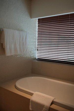 COMO Metropolitan Bangkok: the bathtub