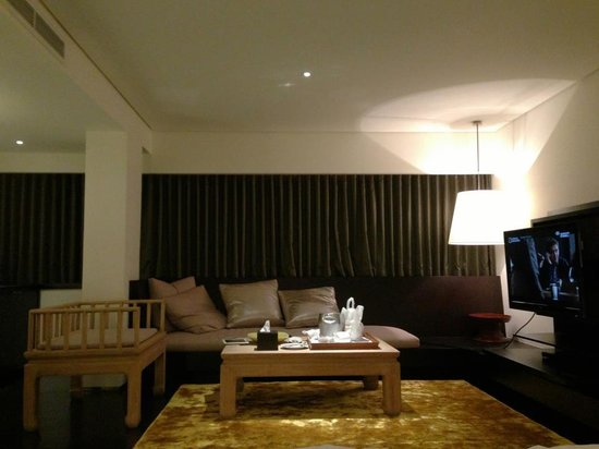 Metropolitan by COMO, Bangkok: the living area of metropolitan room