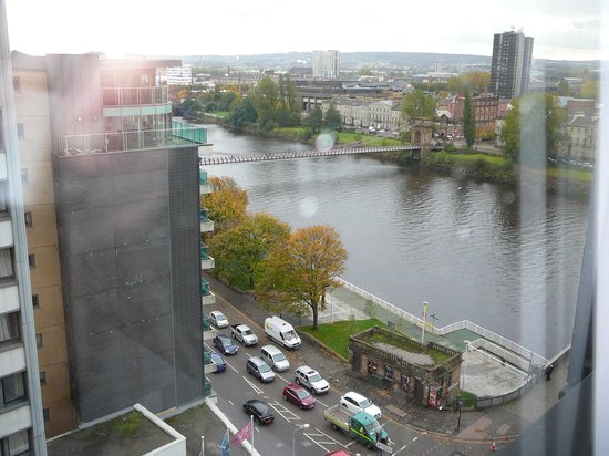 Jurys Inn Glasgow: View to River Clyde from room on 10th floor