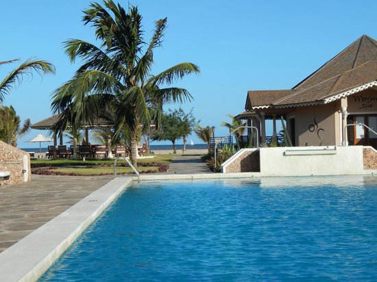 Ocean Beach Resort & Spa : View of the beach from the pool