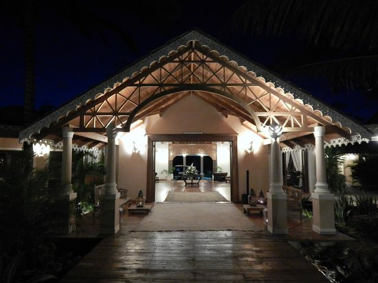 Ocean Beach Resort & Spa : A view of the lobby at night