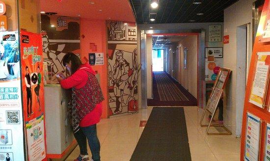 Pod Inn (Hangzhou Xihu): 櫃台通往房間的通道