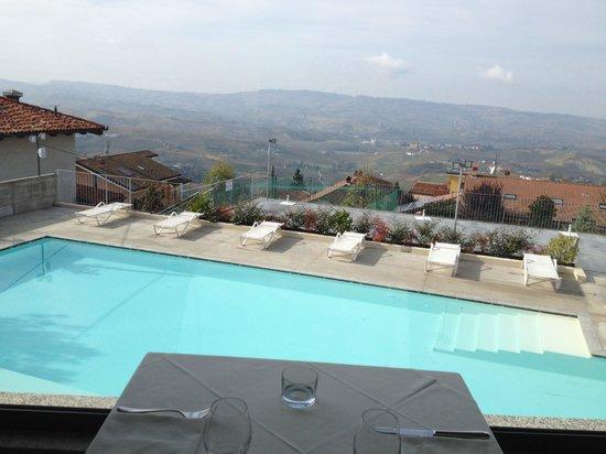 Albergo Ristorante Ai Tardi: Vista piscina dal ristorante