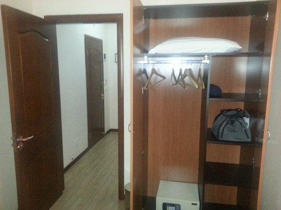Hotel Filippo Roma : chambre sans fenetre et qui sent l'humidité