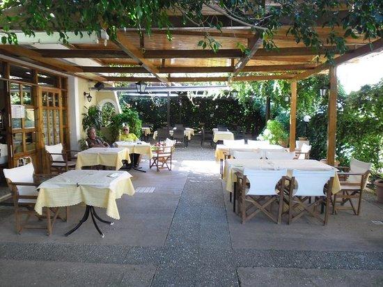 Billy 39 s place kyparissia restaurant avis num ro de for Neda piscines