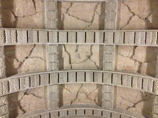 Valle de los Caídos: Detalle del techo. Se puede ver el granito en diferentes acabados.