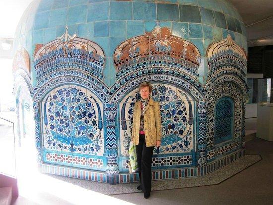 Hetjens Museum (Deutsches Keramikmuseum): Самый большой экспонат коллекции - это керамический купол из Пакистана, датированный 1680 годом.
