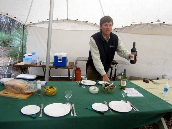Kangaroo Island Odysseys: Paul beim Kredenzen des Weins