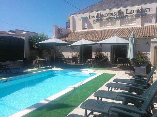 Bistro Contemporain: terrasse avec piscine