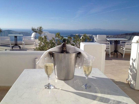 Above Blue Suites : Honeymoon champagne!