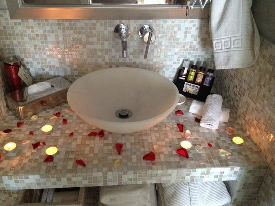 Above Blue Suites : Gorgeous bathroom