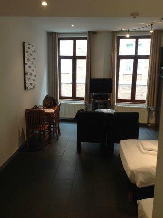 Azimut Flathotel: tavolo pranzo + angolo relax tv/hifi