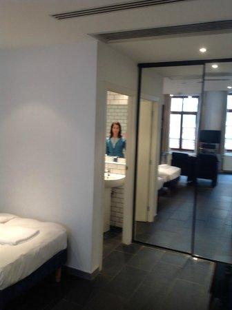 Azimut Flathotel: ingresso con armadio a muro a specchio