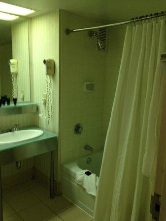 Millennium Hotel Cincinnati: Bathroom