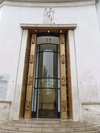 Musee d'Art Moderne de la Ville de Paris: The entrance to the museum (on the other side of the building)