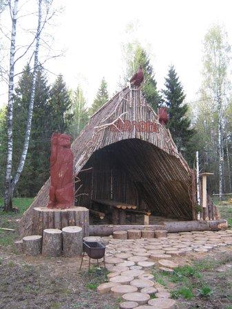 Smolensk Oblast, Russia: Для желающих есть даже медвежья берлога с удобствами во дворе