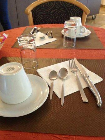 Le Relais de Montigny : Table petit dèj