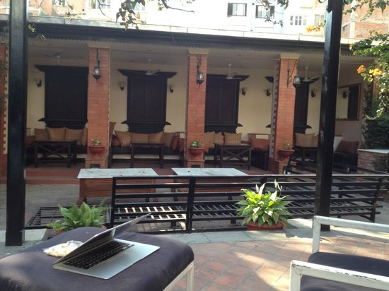 Hotel Courtyard : Lovely private seating areas for guests and their friends