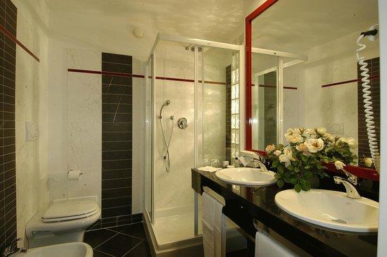 Hotel Leonardo Da Vinci Terme & Golf: Bagno Junior Suite