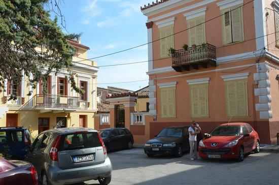 Aetoma Hotel: place devant maison