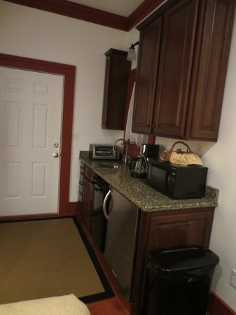 Creeper's End Lodging: Kitchenette with granite counters and nice appliances.