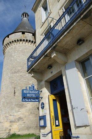 La Tour du Vieux Port : L'Entrée de L'Hôtel Restaurant