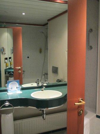 NH Prague City: Bathroom.