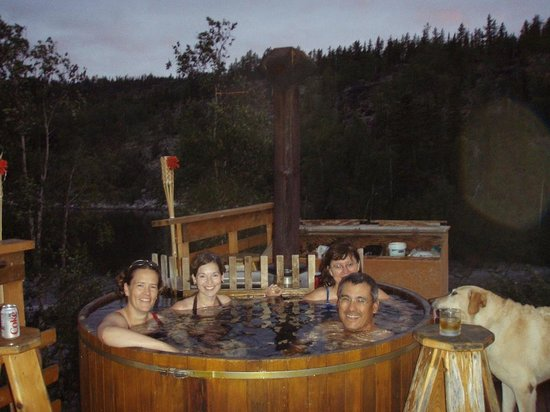 Yellow Dog Lodge : Hot Tub under the Northern Lights