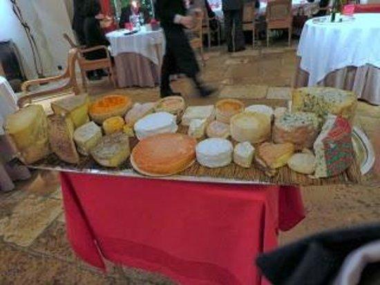 Relais & Chateaux - Hostellerie de Levernois: Fromages (plateau N°1 ... sur trois...)