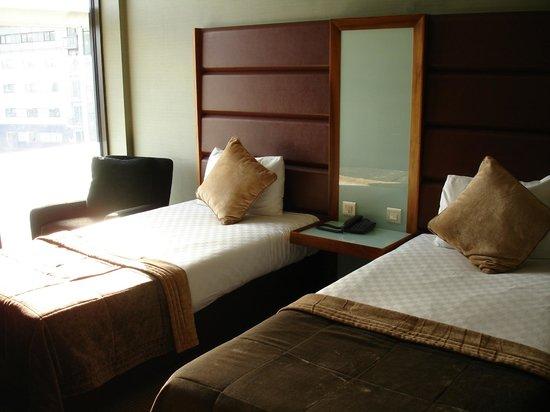 Radisson Blu Edwardian Manchester : Las camas y la ventana hacia afuera. Impecable prolijidad y limpieza!!!