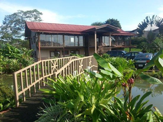 Hotel Montaña de Fuego Resort & Spa: puentecito y jardines