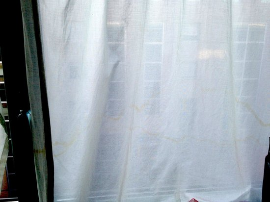 Park & Suites Confort Annemasse : les rideaux de la seule fenêtre