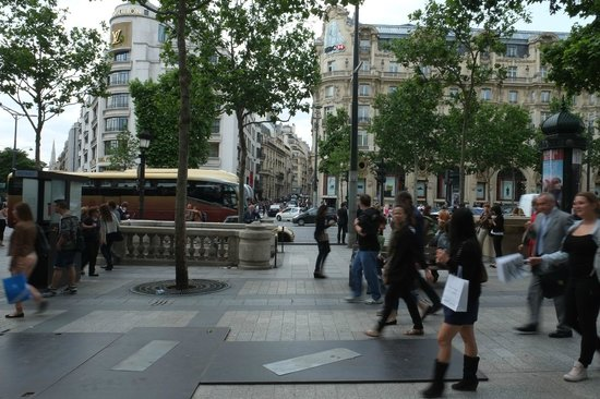 Paris Marriott Champs Elysees Hotel : Outside hotel on Champs-Elysee