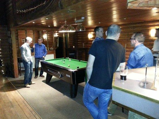 Pinetree Lodge: Pool table and bar