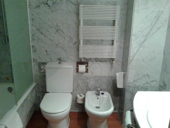 Hotel Agumar: Baño de habitación doble