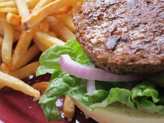 Mom's Backyard Restaurant & Bar: Full House Beef Burger