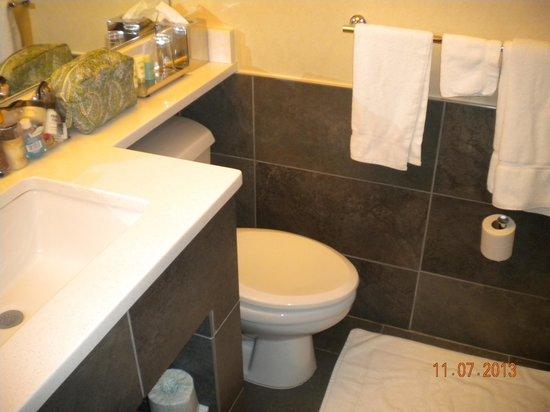 Harborside Inn: Bathroom