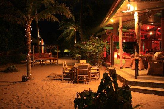 Secret Garden Beach Resort: Essen mit den Füßen im Sand ;-)