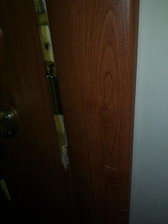 A Casa di Penelope: puerta rota. no cerraba bien