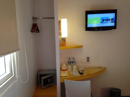 Amaris Hotel Mangga Dua Square: Smart type room: comes with digital safe deposit box