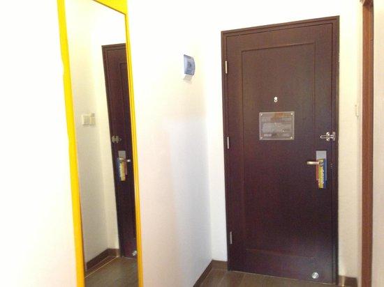 Amaris Hotel Mangga Dua Square: Smart type room: big mirror